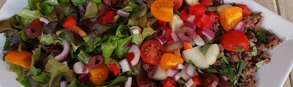 Greek beef salad with tomatoes and peppers for an easy, healthy lunch or dinner